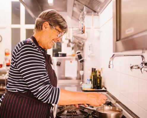 Spenden in Hamburg: Die Küche im Hamburg Leuchtfeuer Hospiz wird aus Spenden finanziert und von zahlreichen Ehrenamtlichen unterstützt