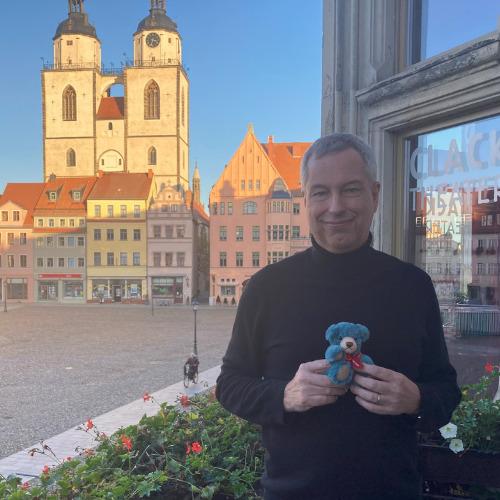 Thomas Herrmanns mit dem Leuchtfeuer-Teddy 2020