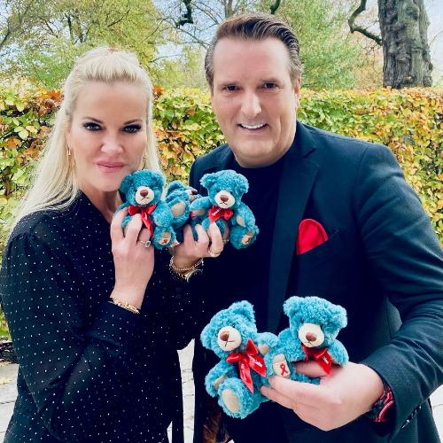 Anna Heesch und Ralf Dümmel mit dem Leuchtfeuer-Teddy 2020