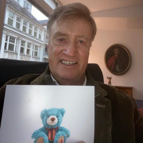 Ole von Beust mit dem Leuchtfeuer-Teddy 2020