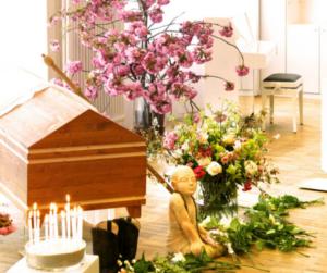 Beispielaufbau einer Trauerfeier im Lotsenhaus, mit Sarg