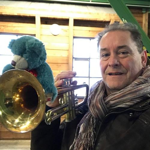 Josef Thöne mit dem Leuchtfeuer-Teddy 2020 auf dem Michel