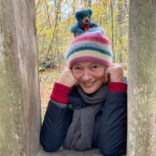 Gilla Cremer mit dem Leuchtfeuer-Teddy 2020